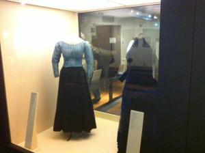 Vitrina donde se exponen los trajes presentados